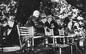 Charity-Veranstaltung zu Gunsten des Roten Halbmondes. WAC-Platz, 4. Juli 1915